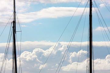 Twee masten en wolken van Jan Brons