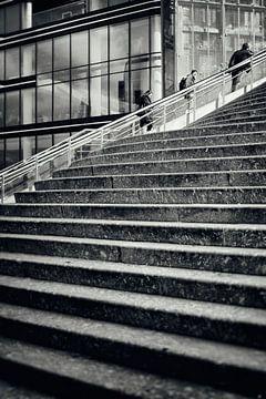 Straatfotografie Utrecht. UP. De trappen van het centraal station Jaarbeurszijde te Utrecht in zwart van