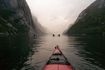 Uitzicht vanuit een rode kajak in het Lysefjord in Noorwegen tijdens een kanotocht van