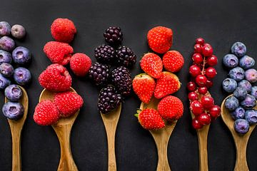 Buntes Obst auf Schöpfkellen, buntes Obst. von Corrine Ponsen