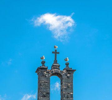 Historisch kerkboogje met kruis bezet door drie meeuwen sur Harrie Muis