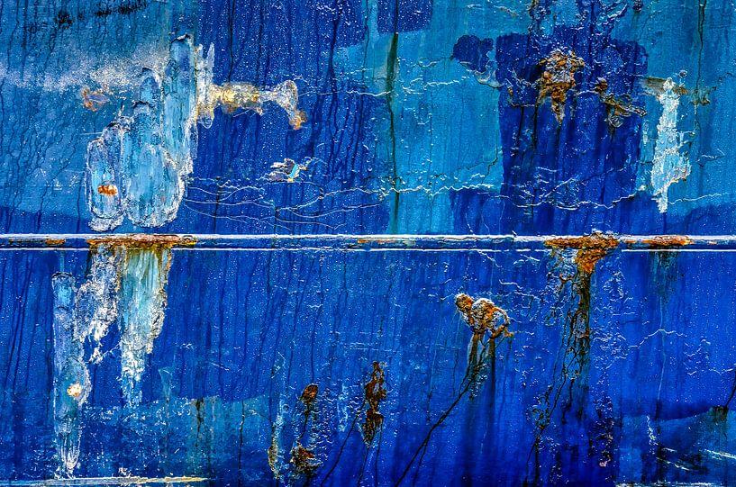 Blauwe scheepsromp met lasnaad en roestvlekken van Frans Blok