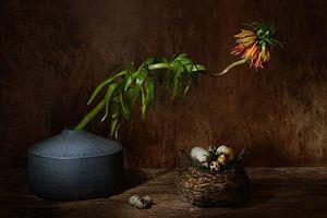 Stilleven met eieren in een nest en bloem . van Saskia Dingemans