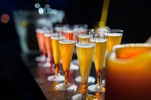 Cocktails colorés sur un bar.