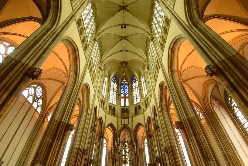 De binnenkant van de Domkerk in Utrecht van Merijn van der Vliet