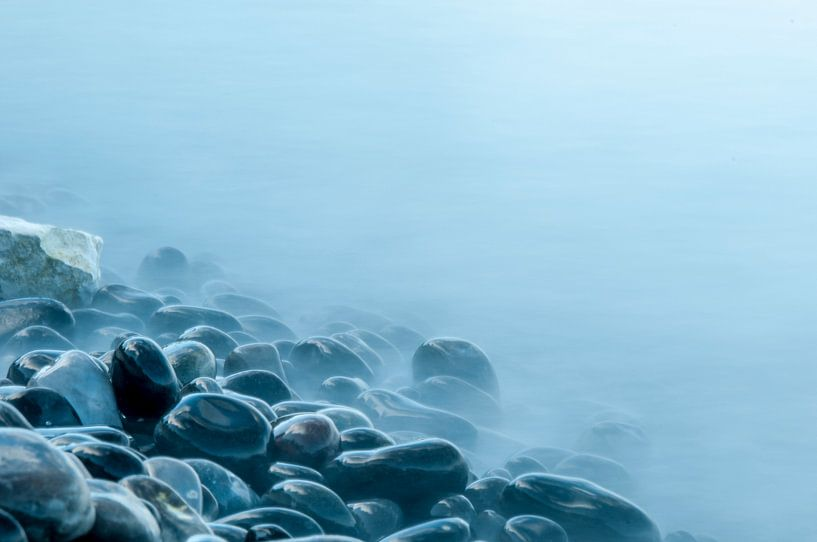 Misty stones van Maurice B Kloots      www.Fototrends.nl