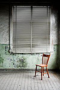 Rode stoel in urban omgeving