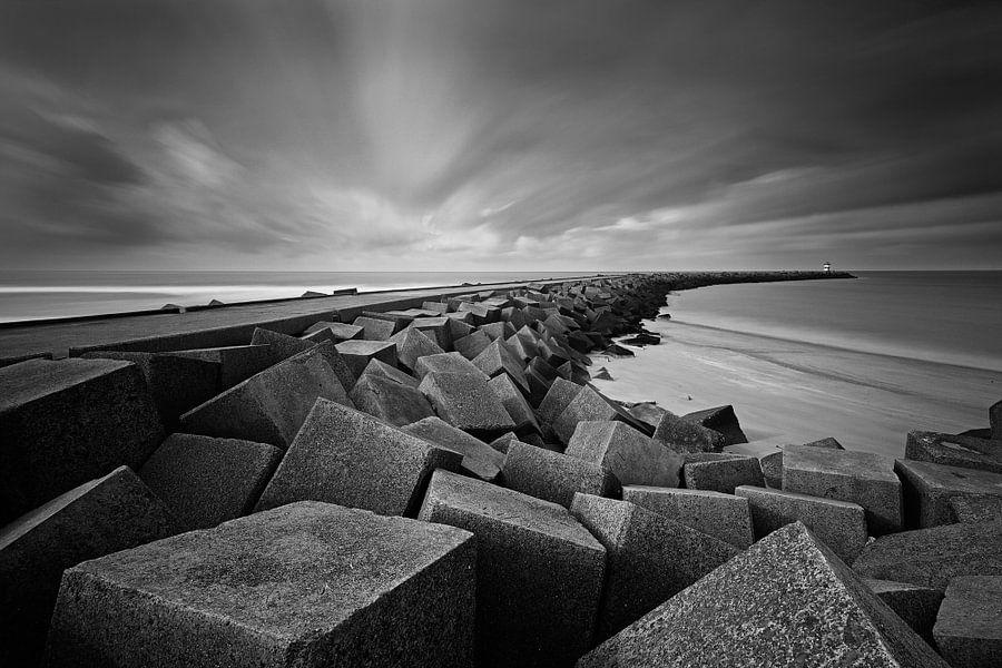 dramatische wolkenlucht boven het havenhoofd van Scheveningen