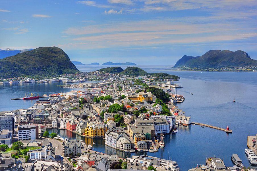 De schitterende stad Alesund, Noorwegen. van Edward Boer