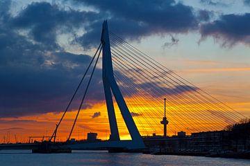 Erasmusbrug met wolken tijdens zonsondergang te Rotterdam van Anton de Zeeuw