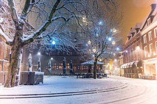 Winters Zwolle in de avond met sneeuw en kerstversiering