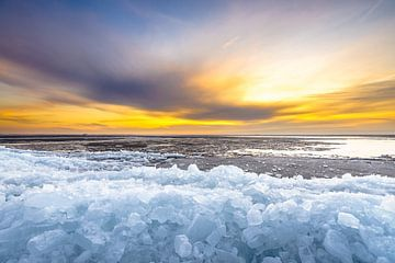 Kruiend ijs tijdens de winter op het IJsselmeer van