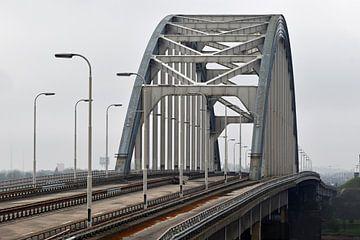 Oude boogbrug Lekbrug bij Vianen en Nieuwegein over de rivier de Lek van Robin Verhoef