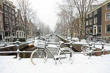 Amsterdam enneigée sur les canaux aux Pays-Bas sur Nisangha Masselink