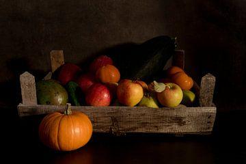 een stilleven van fruit in een oud houten kistje