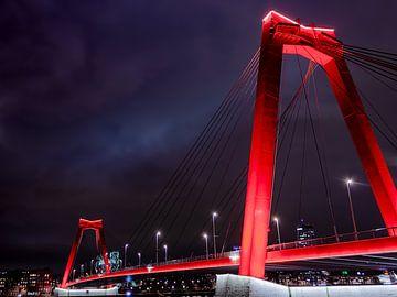 Willemsbrug in der Nacht von Erik Groen
