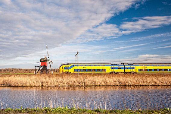 Der Zug in der niederländischen Landschaft: Lageveensemolen, Noordwijkerhout.