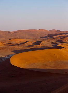 Zonsopkomst, duinen in Sossusvlei van Christel Nouwens- Lambers