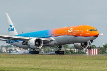 Gelandet! Die Boeing 777-300 der KLM mit dem Spitznamen Orange Pride (PH-BVA) setzt ihr Fahrwerk auf von Jaap van den Berg