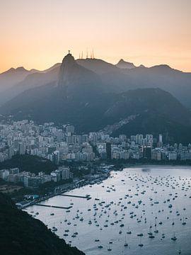 Blick über Rio de Janeiro bei Sonnenuntergang mit Segelbooten und Christus