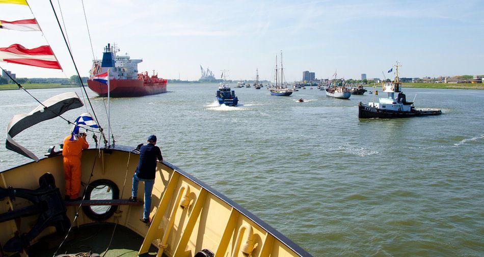 Vlootschouw op de Nieuwe Waterweg bij Maassluis van Maurice Verschuur