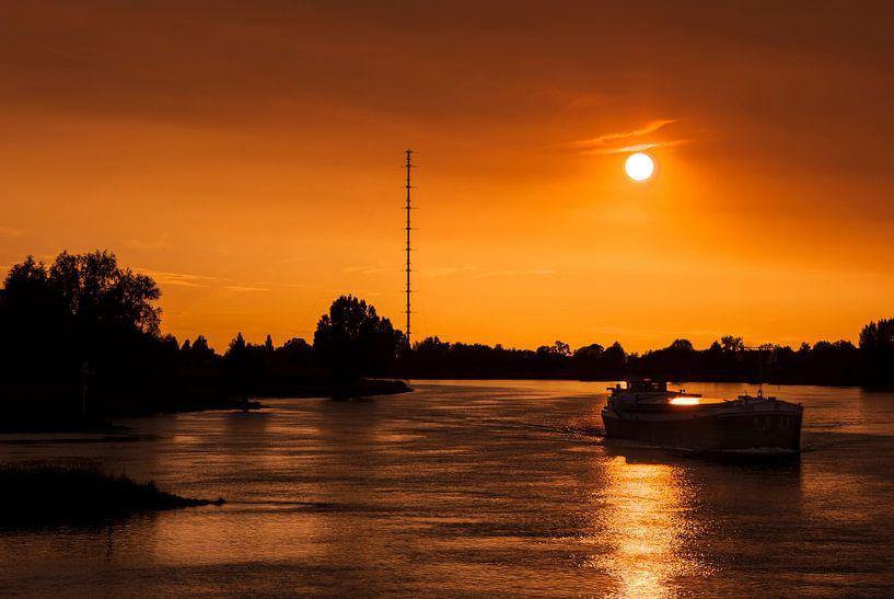 Boot op de rivier de Lek, nabij Ameide van Jesse de Boom