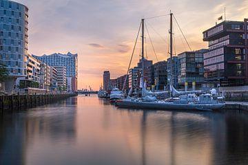 Hamburger Hafencity bei Sonnenuntergang von Matthias Nolde