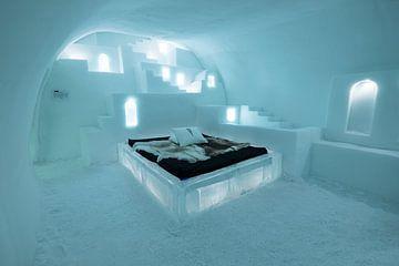 Slaapkamer met de hand uit ijs uitgesneden in het IceHotel in Jukkasjärvi, Lapland in Zweden van Henk Vrieselaar