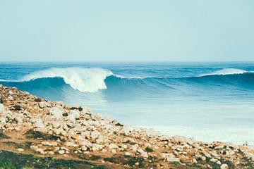 Déferlements de grosses vagues sur la côte ouest du Portugal sur Shanti Hesse