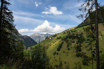 Blick auf das Bergdorf. von Raf Eussen