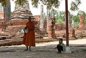 Boedhistische monnik en jongetje in Ayutthaya