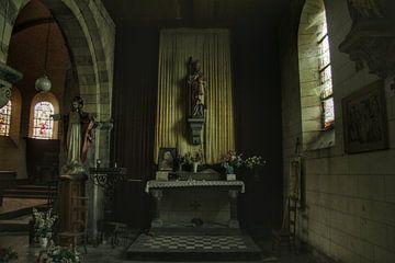 Een verlaten beeldje in een verlaten kerk van Melvin Meijer