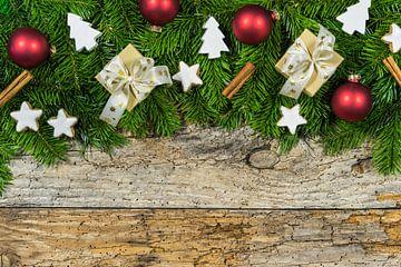 Kerstmis houten achtergrond met geschenkdozen, sparrentakken, ster koekjes en ornamenten van Alex Winter