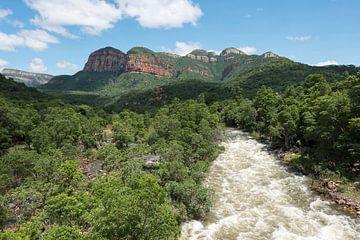 de blijde rivier bij de drakensbergen in zuid afrika van