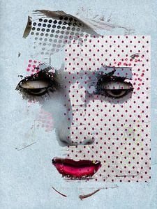 Le visage avec les points roses sur Gabi Hampe