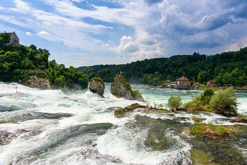 Kolkend water bij de waterval van Schaffhausen