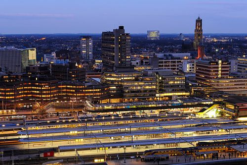 Station Utrecht Centraal en de binnenstad van Utrecht van Donker Utrecht