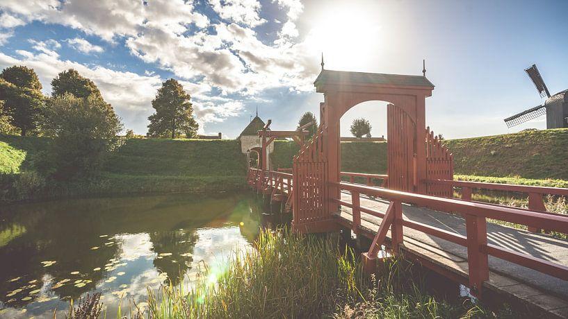 Poort en brug van de vesting Bourtange van Fotografiecor .nl