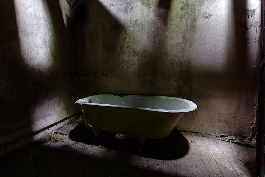 Dark Bathroom van Maikel Brands