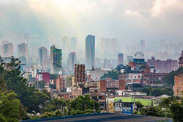 Uitzicht over het mistige Medellin - Colombia van Michiel Ton