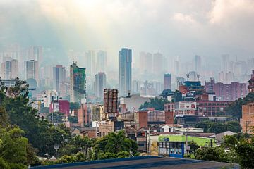 Uitzicht over het mistige Medellin - Colombia von Michiel Ton