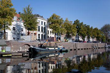 Blik op de Brede Haven van 's-Hertogenbosch. van Kees van Dun