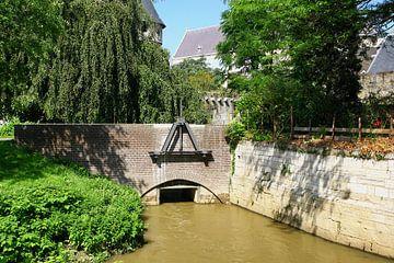Brug over rivier de Jeker in Maastricht van Yvonne Smits
