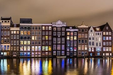 Amsterdamse Damrak in de Avond sur Sjoerd Tullenaar