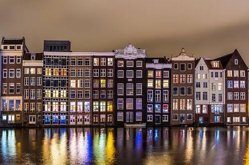 Amsterdamse Damrak in de Avond van