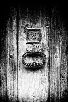 Alte Holztür mit Türgriff herangezoomt | Schwarz-Weiß-Detailaufnahme I Street Photography von Diana van Neck Photography