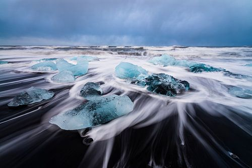 IJsblokken op lava strand
