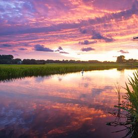 Zonsondergang in een landschap met molen en sloot van iPics Photography