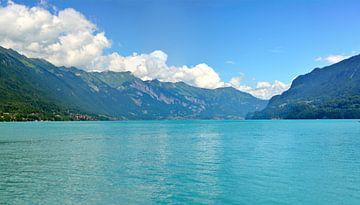 Het blauwe meer van Interlaken - Zwitserland van Maupacadabra Fotografie