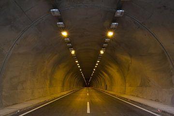Tunnel sans fin avec autoroute et éclairage sur Natasja Tollenaar